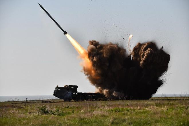 Ukraine dồn dập tấn công, cả trăm quả đạn nã tới tấp vào Donetsk - Chiến hạm Anh ráo riết truy đuổi tàu ngầm Nga - Ảnh 1.