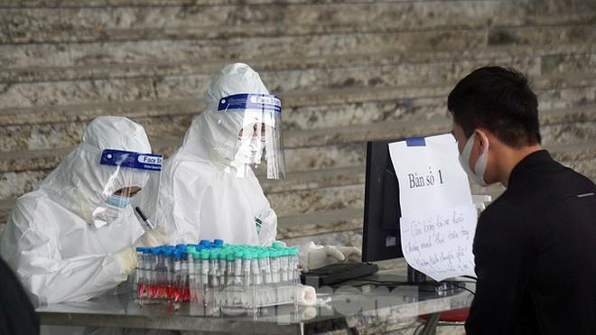 [NÓNG] Một nữ sinh nghi dương tính với SARS-CoV-2; TP.HCM cách ly tập trung người đến từ 19 nơi của Hải Dương - Ảnh 4.