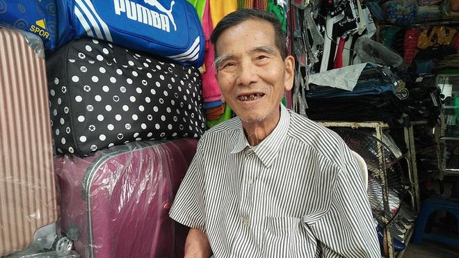 Hình ảnh đời thường của NSND Trần Hạnh: Đi bán giày dép mũ bảo hiểm, từ chối nhận trợ cấp - Ảnh 3.