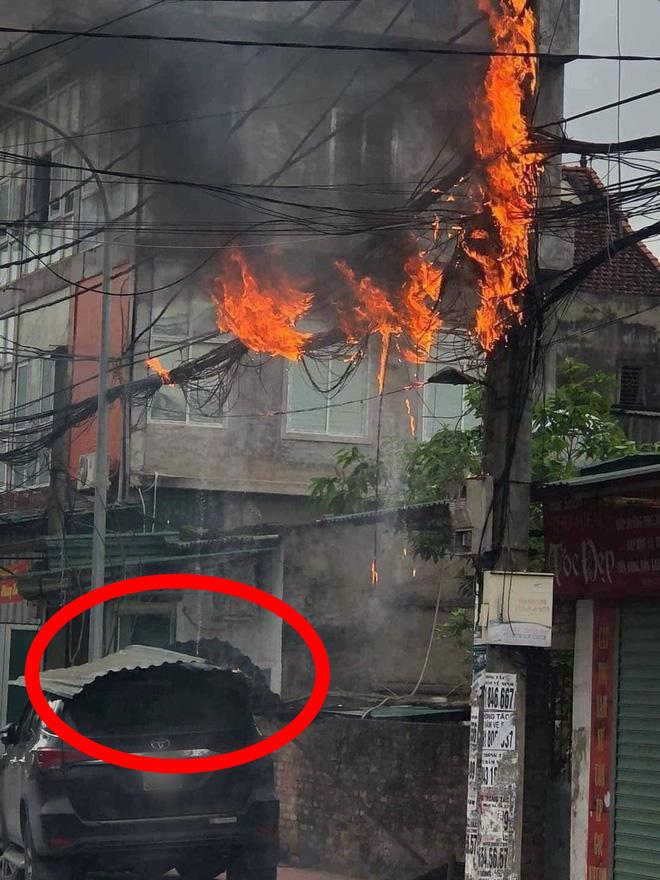 Cột điện lửa cháy rừng rực, bên dưới là ô tô và lời cảnh báo những ai sở hữu xe hơi cần nhớ - Ảnh 1.