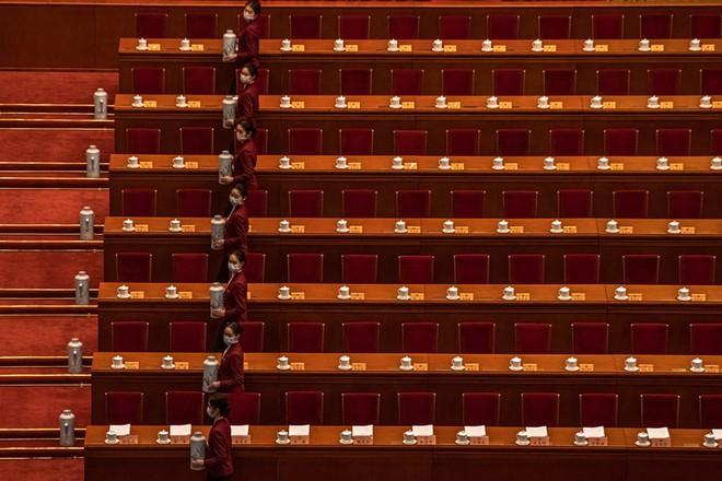 24h qua ảnh: Lễ tân phục vụ nước cho đại biểu tại Lưỡng hội Trung Quốc - Ảnh 2.