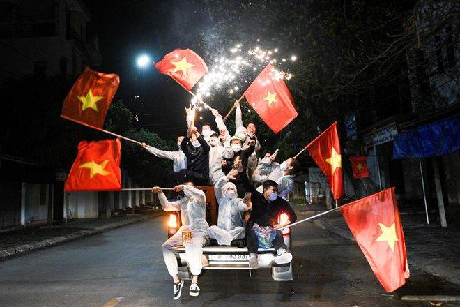24h qua ảnh: Lễ tân phục vụ nước cho đại biểu tại Lưỡng hội Trung Quốc - Ảnh 1.