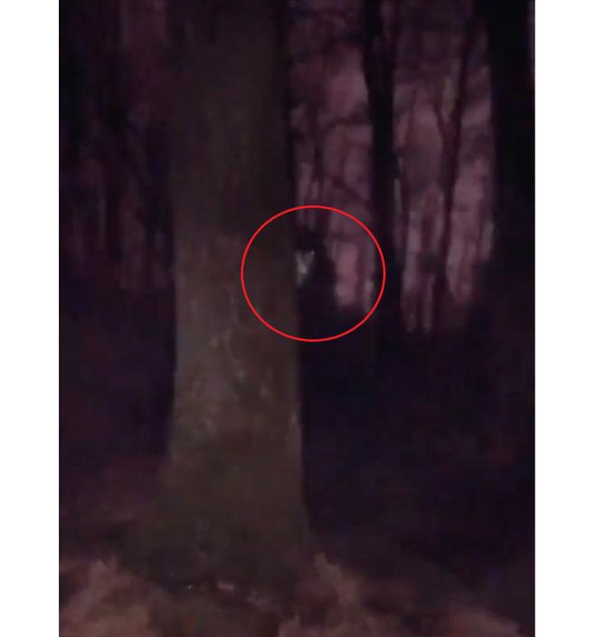 Đi qua công viên vào buổi tối, người phụ nữ đụng độ 2 nhân vật đáng sợ khiến dân mạng tranh cãi - Ảnh 2.
