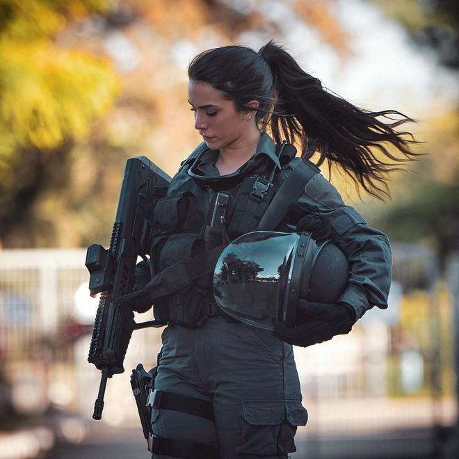 Bị cưỡng bức 2 lần, cô gái quyến rũ biến thành nữ hoàng súng của Israel - Ảnh 2.