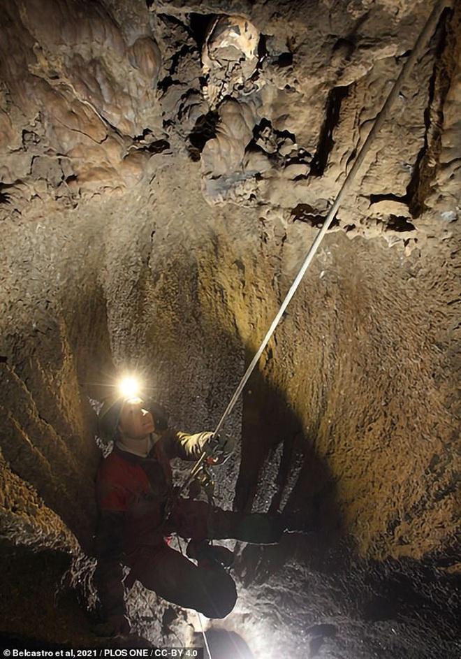 Bí ẩn hài cốt cô gái 5.400 tuổi gắn vào vách hang động - Ảnh 1.