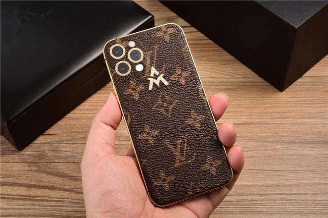 """Những chiếc iphone """"đeo vàng"""", giá hơn 100 trăm triệu đồng - Ảnh 3."""