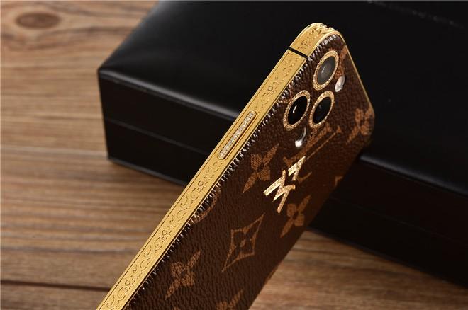 """Những chiếc iphone """"đeo vàng"""", giá hơn 100 trăm triệu đồng - Ảnh 4."""