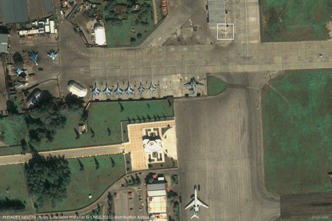 Vị khách bất thường xuất hiện tại căn cứ Không quân Nga ở Syria: Có nhiệm vụ gì bí mật? - Ảnh 1.