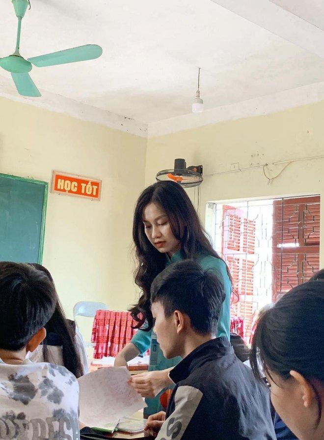 Cô giáo xinh đẹp trong khoảnh khắc chụp nghiêng.