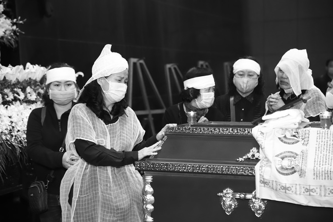 Cập nhật Tang lễ NSND Trần Hạnh: Con dâu khóc ngất, Công Lý, Chí Trung xót xa tiễn biệt - Ảnh 6.
