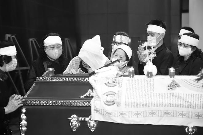 Cập nhật Tang lễ NSND Trần Hạnh: Con dâu khóc ngất, Công Lý, Chí Trung xót xa tiễn biệt - Ảnh 7.