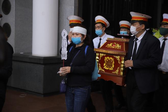 Cập nhật Tang lễ NSND Trần Hạnh: Con dâu khóc ngất, Công Lý, Chí Trung xót xa tiễn biệt - Ảnh 4.