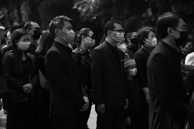 Cập nhật Tang lễ NSND Trần Hạnh: Con dâu khóc ngất, Công Lý, Chí Trung xót xa tiễn biệt - Ảnh 1.