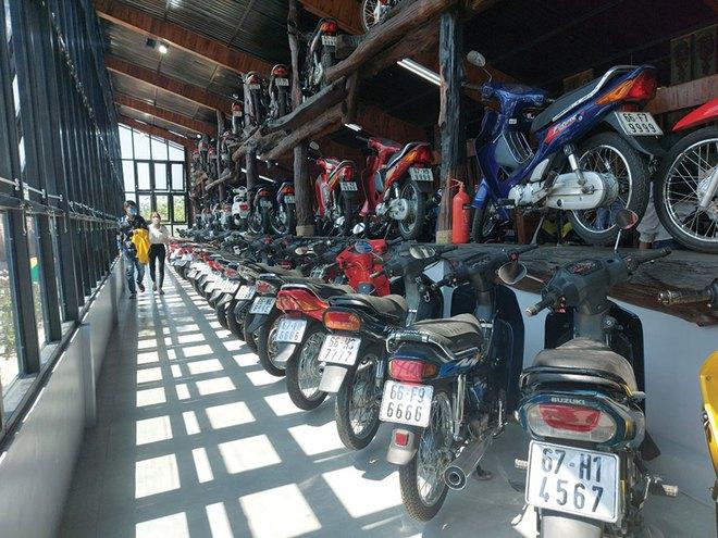 Ông chủ khu du lịch sưu tập hơn 500 chiếc xe máy cổ có 1 không 2, biển đẹp hàng đầu - Ảnh 1.