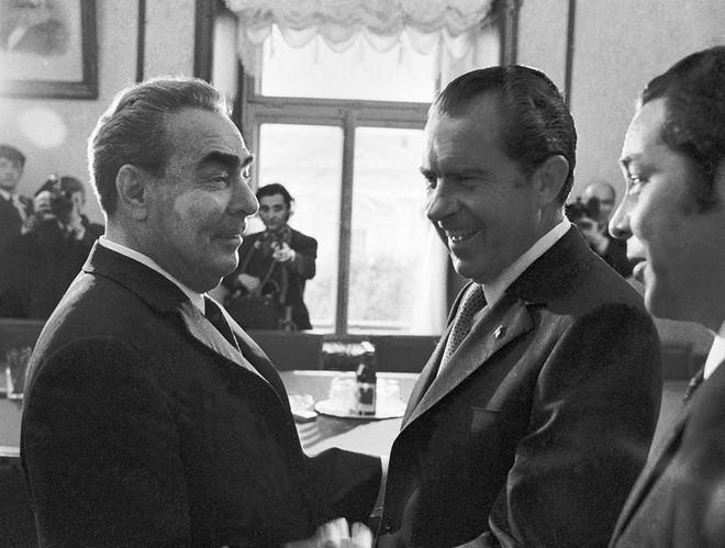 Lần đầu tiên cờ Mỹ tung bay trên đỉnh Kremlin, Liên Xô phá tung khu phố để đón khách quý - Ảnh 1.