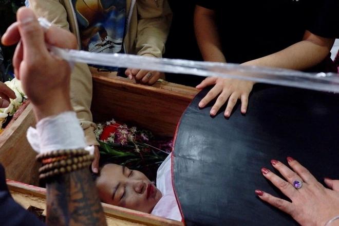 Ảnh: Đám tang nữ sinh Myanmar tử vong do bị bắn vào đầu trong biểu tình phản đối đảo chính - ảnh 2
