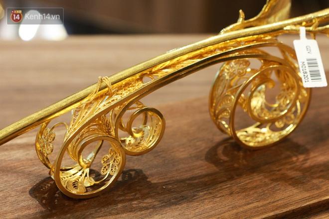 Cận cảnh hoa hồng đúc vàng giá 330 triệu đồng được đại gia Hải Phòng mua làm quà tặng ngày 8/3 - Ảnh 3.
