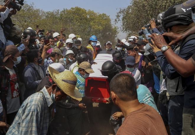 Ảnh: Đám tang nữ sinh Myanmar tử vong do bị bắn vào đầu trong biểu tình phản đối đảo chính - ảnh 7
