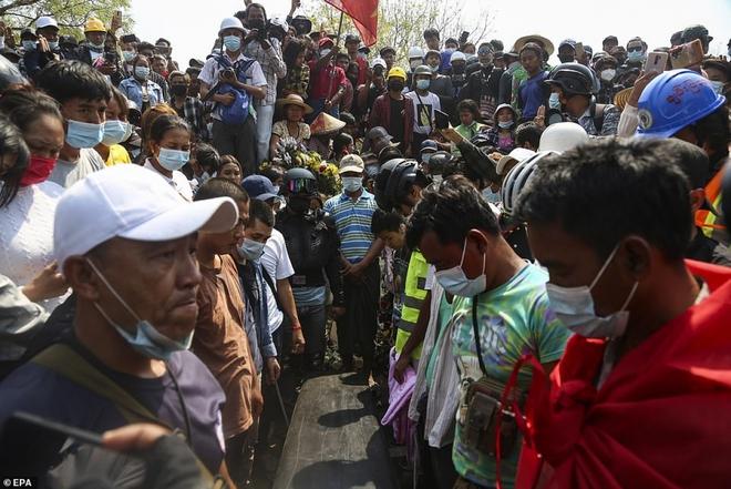 Ảnh: Đám tang nữ sinh Myanmar tử vong do bị bắn vào đầu trong biểu tình phản đối đảo chính - ảnh 8
