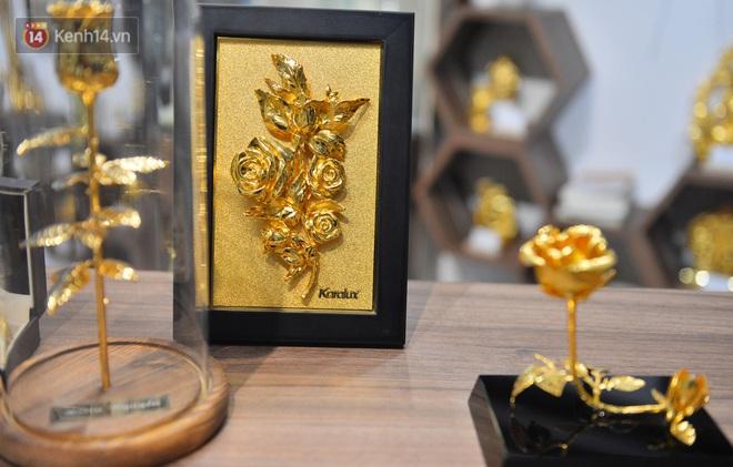 Cận cảnh hoa hồng đúc vàng giá 330 triệu đồng được đại gia Hải Phòng mua làm quà tặng ngày 8/3 - Ảnh 9.
