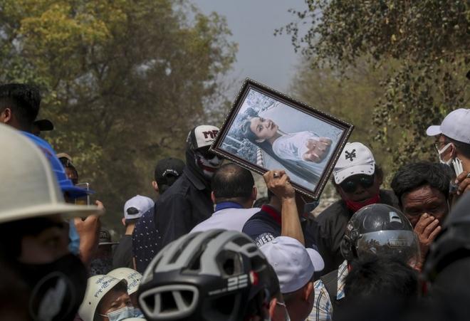Ảnh: Đám tang nữ sinh Myanmar tử vong do bị bắn vào đầu trong biểu tình phản đối đảo chính - ảnh 9