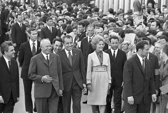 Lần đầu tiên cờ Mỹ tung bay trên đỉnh Kremlin, Liên Xô phá tung khu phố để đón khách quý - Ảnh 2.