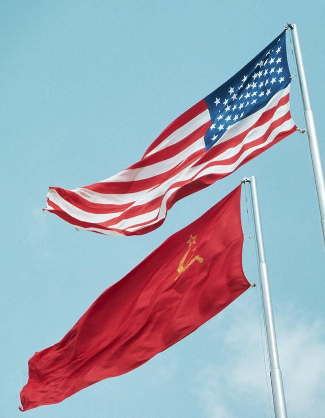 Lần đầu tiên cờ Mỹ tung bay trên đỉnh Kremlin, Liên Xô phá tung khu phố để đón khách quý - Ảnh 3.