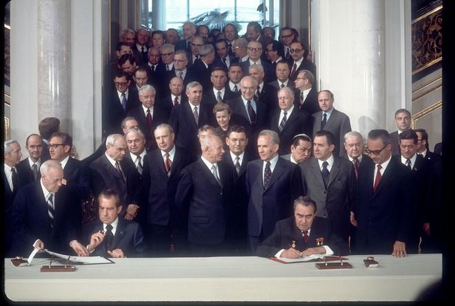 Lần đầu tiên cờ Mỹ tung bay trên đỉnh Kremlin, Liên Xô phá tung khu phố để đón khách quý - Ảnh 4.