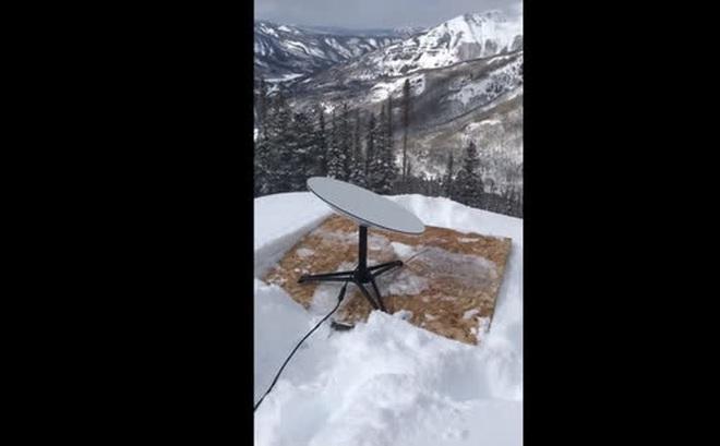 """Người dùng Reddit mang chảo vệ tinh của Starlink lên núi tuyết cao 3.000 mét để thử nghiệm, internet vẫn chạy """"phà phà"""""""