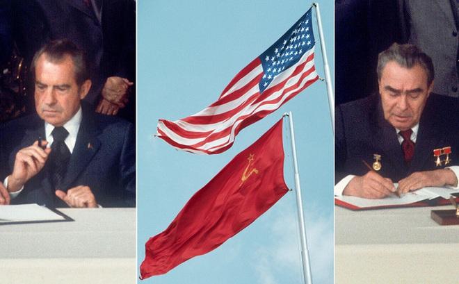 """Lần đầu tiên cờ Mỹ tung bay trên đỉnh Kremlin, Liên Xô phá tung khu phố để đón """"khách quý"""""""