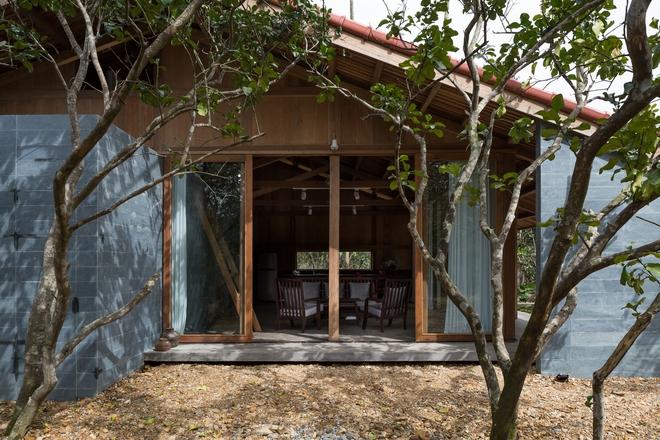 Huế: Ngôi nhà gỗ nằm trọn trong khu vườn ngập tràn hoa bưởi đẹp lạ trên báo Mỹ - Ảnh 3.