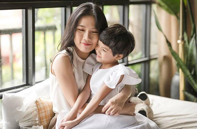 Diễn viên Thùy Dương làm mẹ đơn thân, bật khóc khi đọc thư con gái 8 tuổi gửi - Ảnh 1.