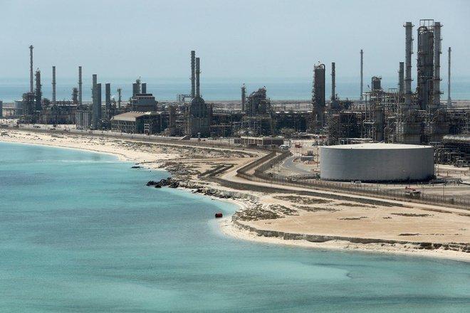 Cảng dầu lớn nhất thế giới hứng tên lửa: Thành phố rung chuyển, giá dầu tăng vọt - Ảnh 1.