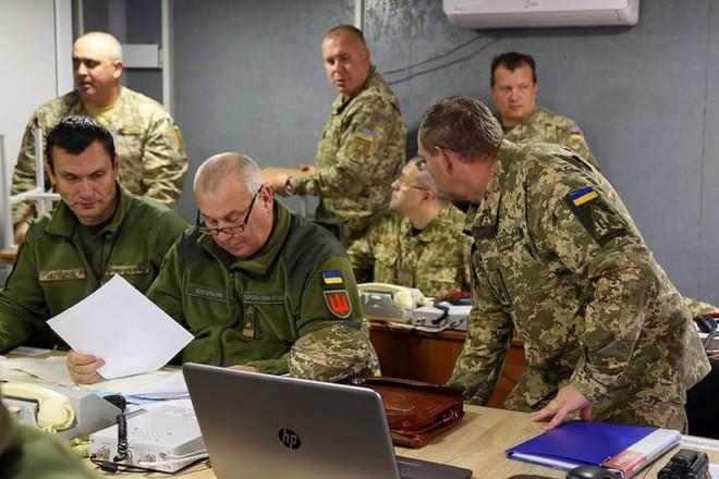 200 tăng, pháo vào vị trí chờ giờ G, lính Ukraine đào ngũ, thương vong liên tiếp ở Donbass - Ảnh 1.