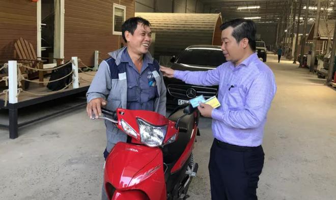 Chân dung ông chủ xe Mercedes không bắt đền còn tặng xe máy cho người  va chạm giao thông - Ảnh 2.