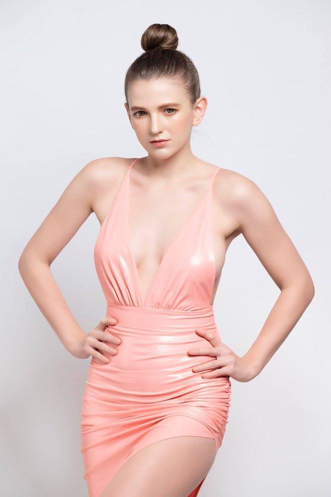 Vẻ nóng bỏng của 2 người đẹp Ukraine đang gây sốt showbiz Việt - Ảnh 1.
