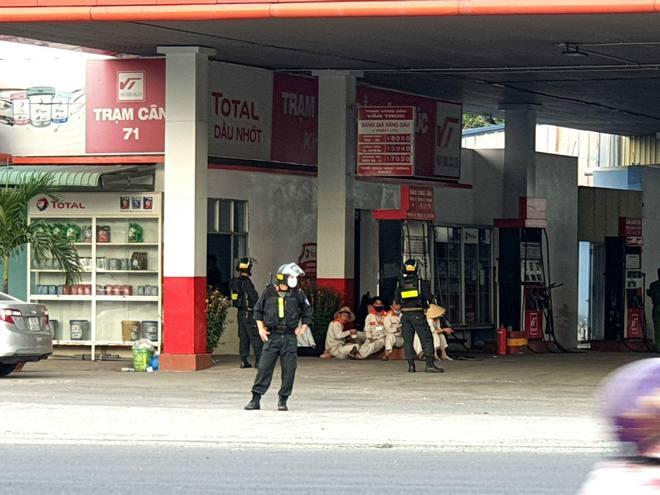 [Nóng] Hàng chục cảnh sát bao vây 3 cây xăng Vân Trúc ở Bình Dương - Ảnh 2.