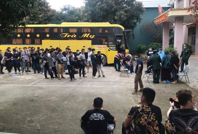 Trục xuất 53 người Trung Quốc nhập cảnh trái phép, xử phạt hơn 200 triệu đồng - Ảnh 1.