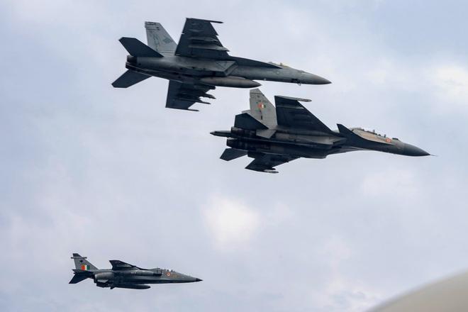 Tàu lửa chất đầy vũ khí ùn ùn kéo về biên giới Ukraine, Quân đội Nga khoe cơ bắp - F-35 sun vòi trước S-400, Israel lập tức dừng tấn công - Ảnh 2.