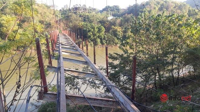Thanh Hóa: Huyện không có tiền tháo cầu treo cũ hỏng, người dân bám dây cáp băng qua sông - Ảnh 1.