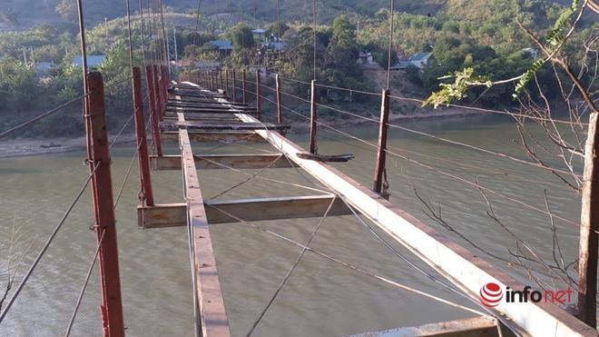 Thanh Hóa: Huyện không có tiền tháo cầu treo cũ hỏng, người dân bám dây cáp băng qua sông - Ảnh 2.