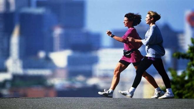 Tiến sĩ ĐH London: Cách đi bộ với 3 nguyên tắc có thể làm tăng sự minh mẫn, trẻ khỏe, sống thọ - Ảnh 1.