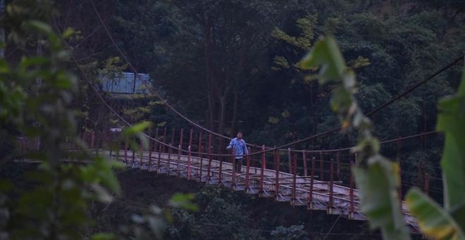 Thanh Hóa: Huyện không có tiền tháo cầu treo cũ hỏng, người dân bám dây cáp băng qua sông - Ảnh 5.