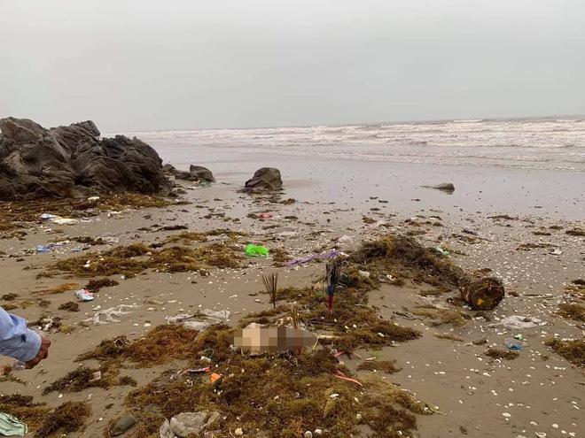 Kinh hãi phát hiện bộ xương, sọ người ở mép nước khi ra bờ biển - Ảnh 1.