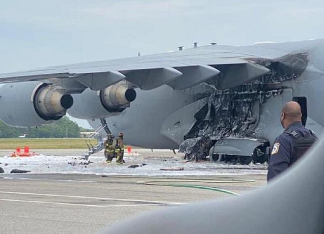 NÓNG: Siêu máy bay C-17 của Không quân Mỹ bốc cháy ngùn ngụt - Ảnh 1.