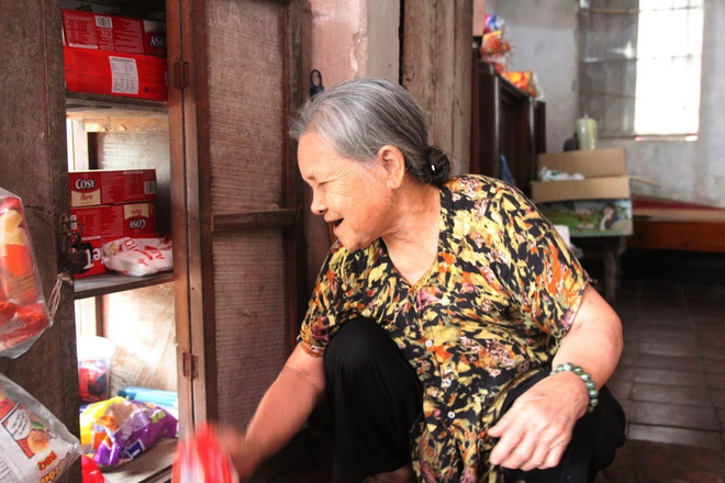 Tiệm tạp hoá từ thời bao cấp của cụ bà gần 90 tuổi - nơi chứa đựng cả bầu trời thanh xuân - Ảnh 5.