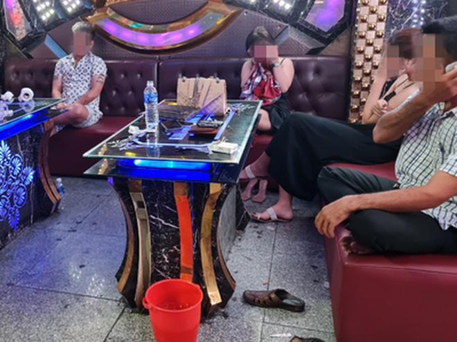 Phát hiện nhiều nhóm thanh niên tổ chức tiệc ma túy trong phòng karaoke - Ảnh 2.