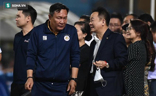 Bầu Hiển vui ra mặt, nắm chặt tay động viên Hà Nội FC trước ngày có