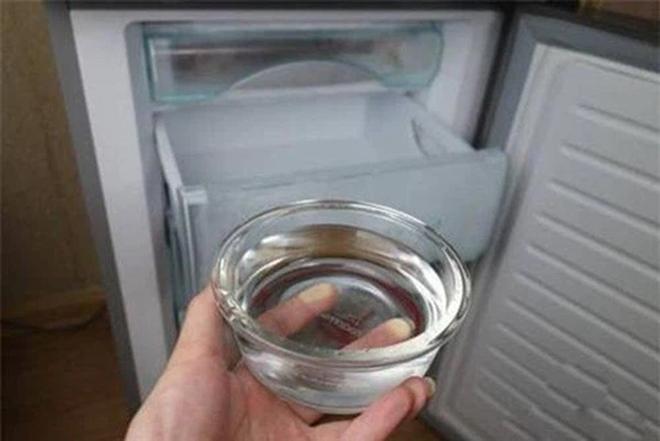 Mẹo tiết kiệm tiền điện tủ lạnh chỉ nhờ một bát nước, cách làm lại vô cùng đơn giản - Ảnh 1.