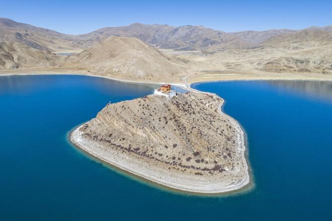Thầy tu cô độc nhất thế giới, sống một mình giữa hồ ở Tây Tạng - Ảnh 1.